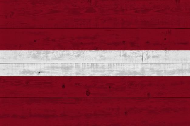 Lettland flagge auf alten holzbrett gemalt