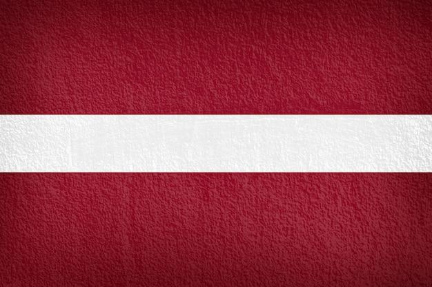 Lettland-flagge auf der wandbeschaffenheit