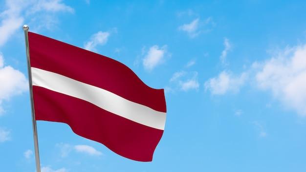 Lettland flagge auf pole. blauer himmel. nationalflagge von lettland