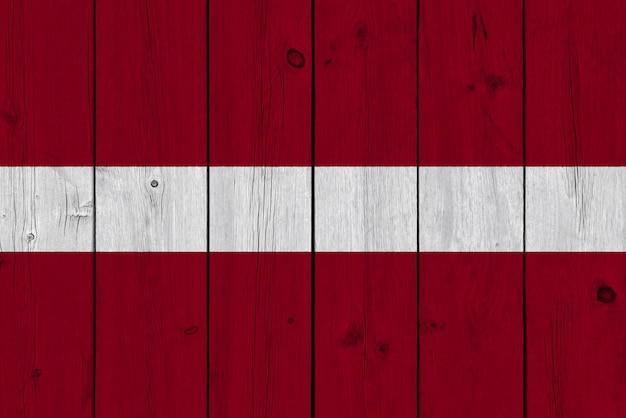 Lettland-flagge gemalt auf alter hölzerner planke