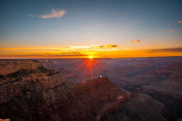 Letzte sonnenstrahlen des sonnenuntergangs am hopi point des grand canyon. arizona