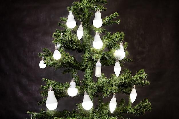 Leuchtdiode oder led-lampen hängen am weihnachtsbaum.