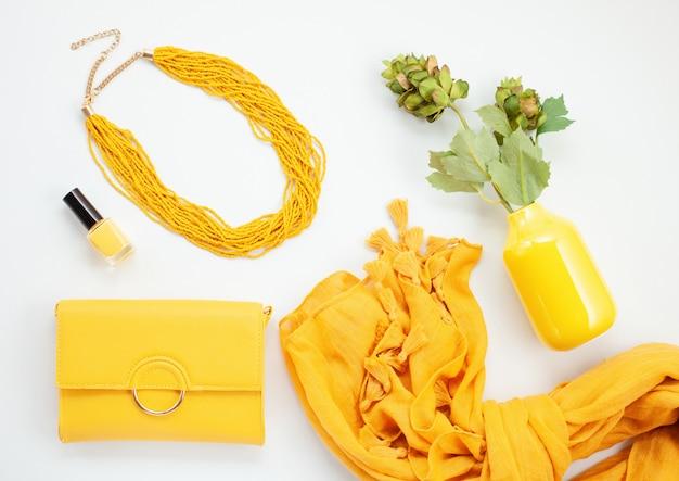 Leuchtend gelbe accessoires für mädchen und frauen. urban fashion, beauty-blog-konzept