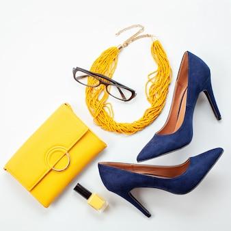 Leuchtend gelbe accessoires und blaue schuhe für mädchen und frauen. urban fashion, beauty-blog-konzept