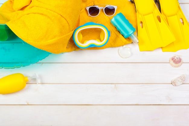 Leuchtend gelbe flossen und tauchmaske auf einem lebhaften