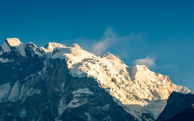 Leuchtende annapurna-bergkette aus poonhill, nepal.