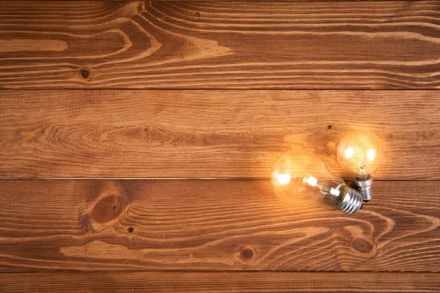 Leuchtende lampe auf einem holztisch. konzeptideen