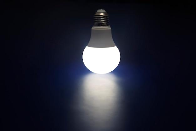 Leuchtende led-lampe auf dunkelblau