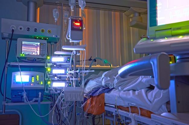 Leuchtende monitore auf der intensivstation. nachtverschiebung bei icu, patient in kritischem zustand.