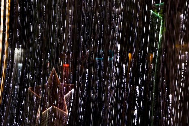 Leuchtende sterndekoration mit beleuchtetem lichtstreifen auf dunklem hintergrund
