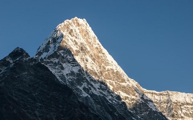 Leuchtender berg am tsho rolpa see, nepal.
