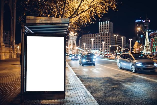 Leuchtender werbe-leuchtkasten an einer bushaltestelle