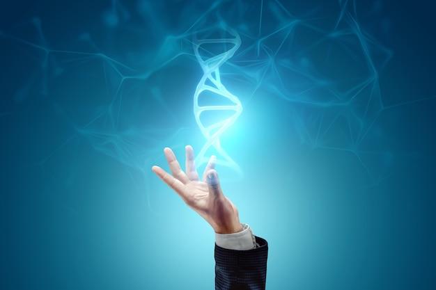 Leuchtendes hologramm des dna-moleküls in der hand eines geschäftsmannes auf blauem hintergrund. medizintechnikkonzept, wissenschaft, biotechnologie. platz kopieren.