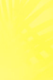 Leuchtendes limonengelb mit tropischen schattenblättern