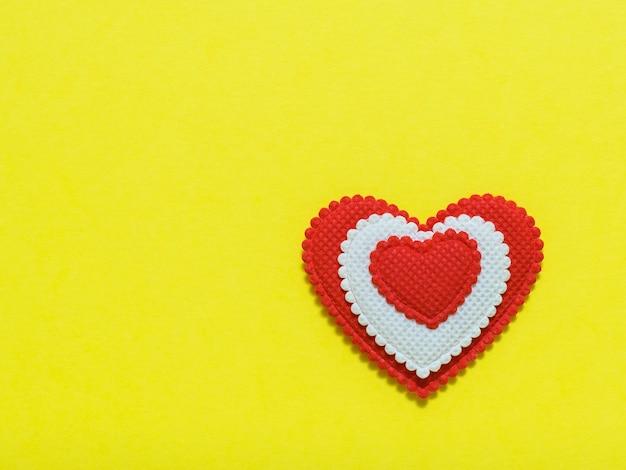 Leuchtendes rotes und weißes herz. ein symbol für liebe und loyalität. der blick von oben. flach liegen.