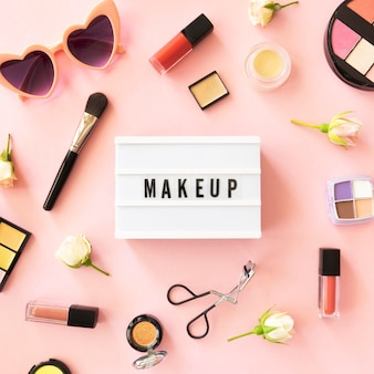 Leuchtkasten mit make-up-produkten
