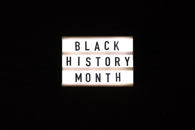 Leuchtkasten mit text schwarzer geschichtsmonat