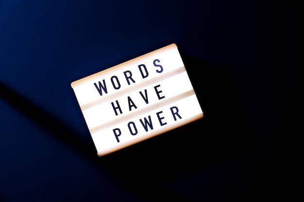 Leuchtkasten mit text wörter haben macht. motivierende worte zitate konzept. bunter hintergrund. minimalistisches kreatives konzept.