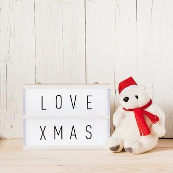 Leuchtkasten mit weihnachtsbotschaft und eisbär