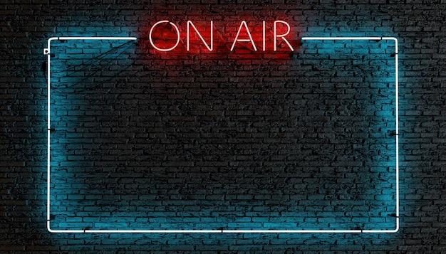 Leuchtreklame des on air-rahmenlogos in rot und textfeld beleuchtet auf dunkler backsteinmauer