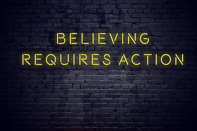 Leuchtreklame mit positivem klugem motivzitat gegen backsteinmauer