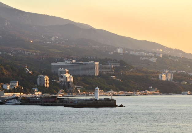 Leuchtturm am pier der seestation in jaltathe, hauptstadt der südküste der krim