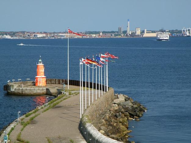 Leuchtturm an der engsten stelle der meerenge von öresund oder the sound in helsingor, dänemark