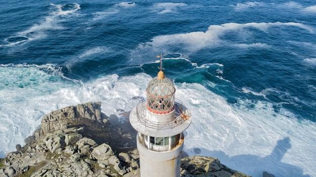 Leuchtturm auf der ozeanküste in spanien