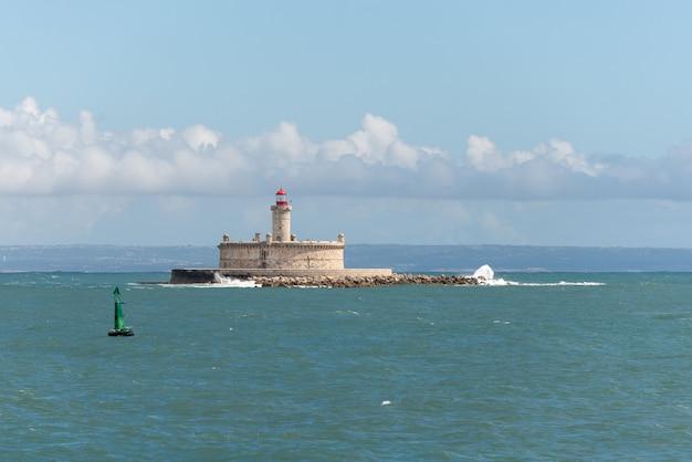 Leuchtturm auf kleiner insel auf see - das fort von sao lourenco do bugio