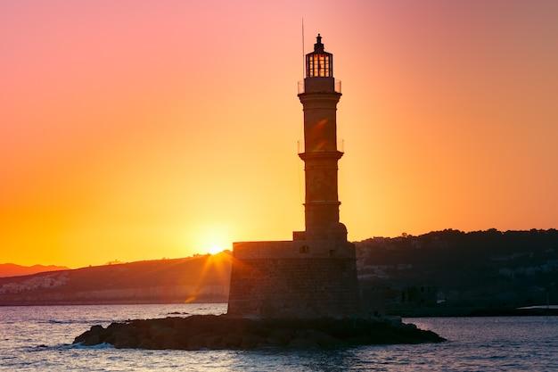 Leuchtturm bei sonnenaufgang, chania, kreta, griechenland