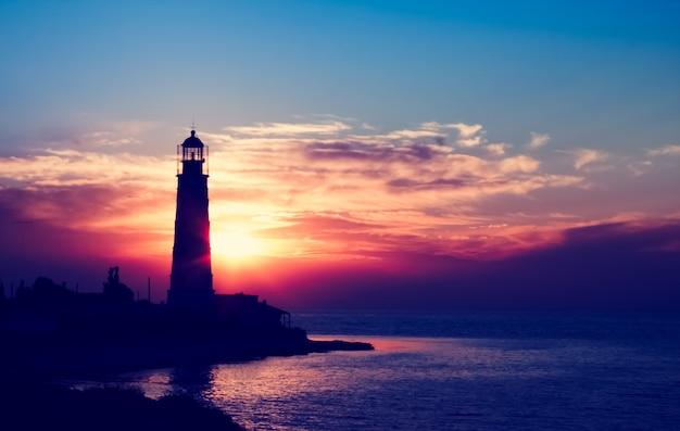 Leuchtturm bei sonnenuntergang am strand