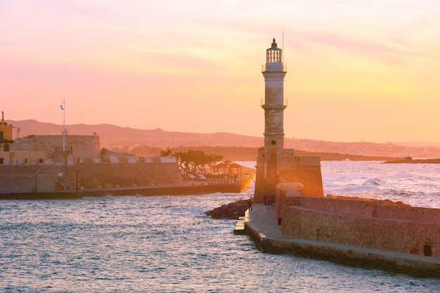 Leuchtturm bei sonnenuntergang, chania, kreta, griechenland