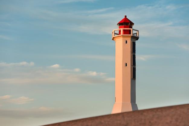 Leuchtturm gegen den himmel. sonnenuntergangszeit.