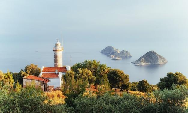 Leuchtturm gelidonya-halbinsel im frühjahr. schöne landschaften draußen in der türkei