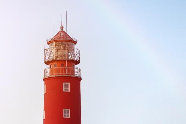 Leuchtturm im seehafen. schönes russisches baltiysk leuchtfeuer