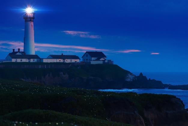 Leuchtturm-landschaft bei nacht
