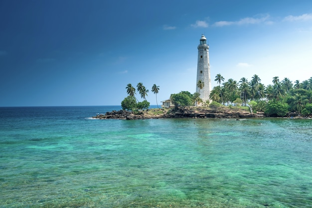 Leuchtturm und schöne strandlandschaft in sri lanka
