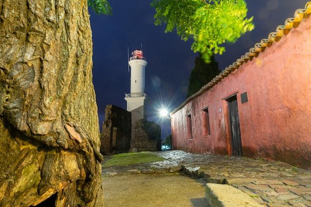 Leuchtturm von colonia del sacramento, uruguay am 11. dezember 2018. nachtansicht.