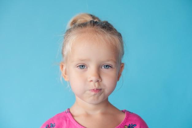 Leugnen, ablehnen, nicht zustimmen. porträt des schönen kleinen mädchens. kleines mädchen auf einem gebürsteten hintergrund.