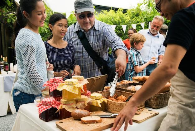 Leute am gesunden lokalen festlichen essen