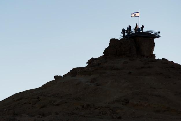 Leute an einem beobachtungspunkt, makhtesh ramon, wüste negev, israel