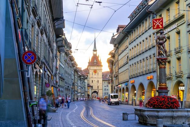 Leute auf der einkaufsstraße mit dem astronomischen glockenturm zytglogge von bern in der schweiz