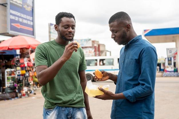 Leute bekommen streetfood