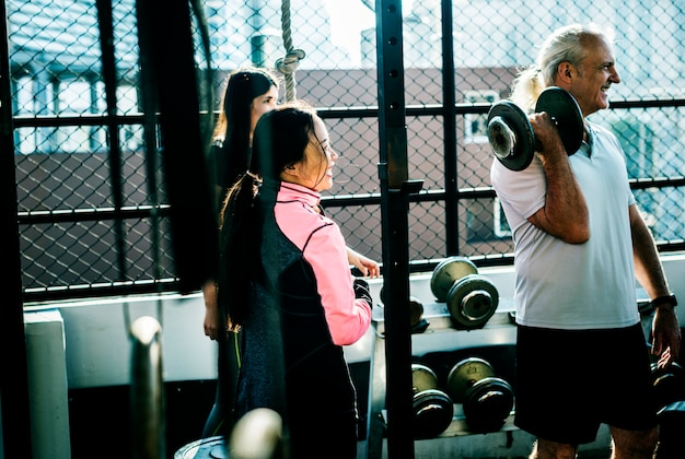 Leute, die an der eignunggymnastik trainieren