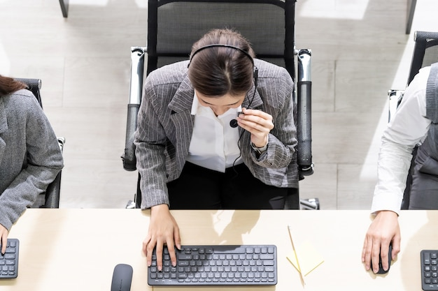 Leute, die an einem callcenter arbeiten