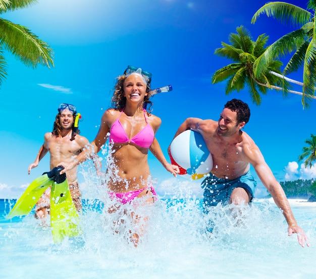 Leute, die an einem tropischen strand-genuss-konzept spielen