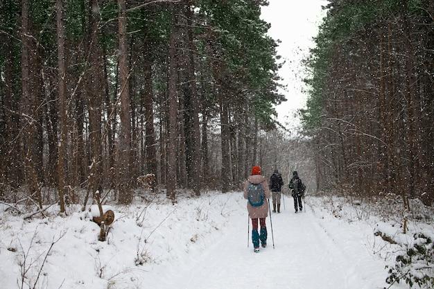 Leute, die an einem wintertag draußen gehen