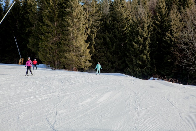 Leute, die auf einem berghang ski fahren