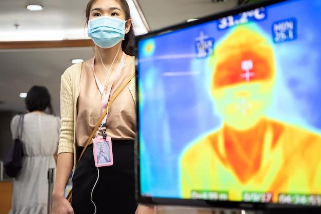 Leute, die auf temperaturkontrolle durch thermoscan warten