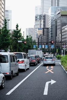 Leute, die autos auf der stadtstraße fahren